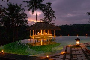 Golfhotel Amandari auf Bali, Pavillion bei Dämmerung.