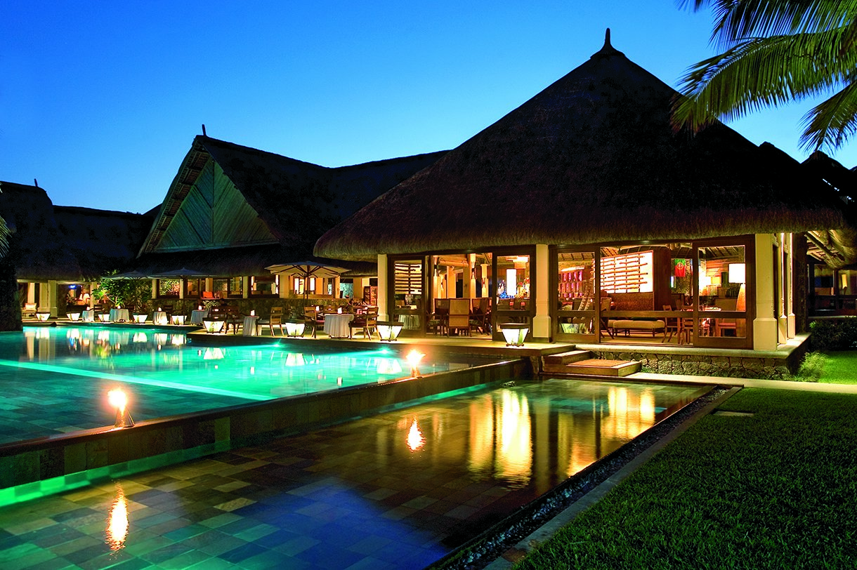 Golf Dreams Mauritius Constance Belle Mare Plage Pool Bar Abend
