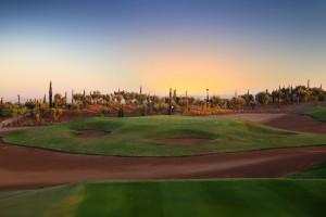 Beim Sonnenuntergang leuchtet der Horizont an Loch 17 des Palm Golf Marrakech Ourika.