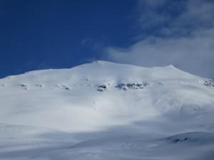 Der Svartnestinden vom Fjord aus gesehen